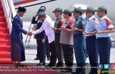 Pakai Sarung, Presiden Jokowi Berakhir Pekan di Sumut - JPNN.com