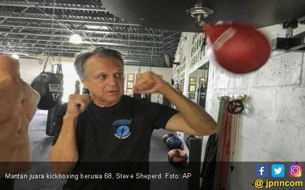 Perampok Bonyok Dihajar Kakek 68 Tahun Eks Juara Kickboxing - JPNN.com