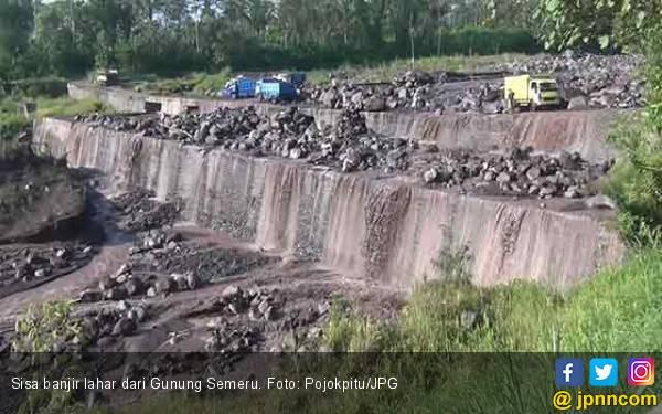 Banjir Lahar Semeru Sisakan Batu-batu Besar di Tengah Jalan - JPNN.com