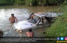 Mobil Terjun ke Sungai Usai Tabrak Pohon, Penumpang Selamat - JPNN.com