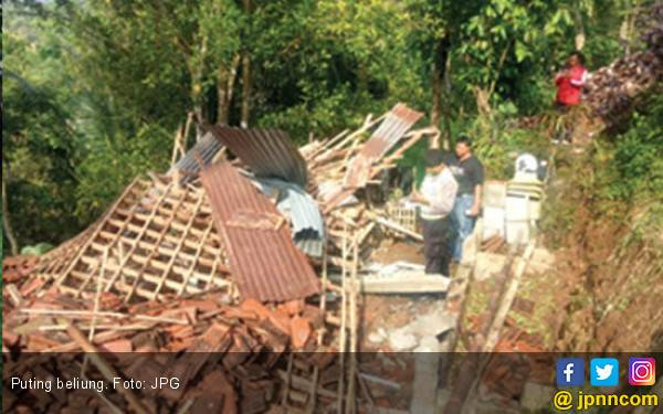 Puting Beliung Menerjang, Atap Rumah Warga Seketika Lenyap - JPNN.com