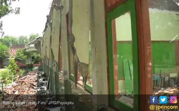 Sekolah Rusak Berat, Murid Terpaksa Belajar di Perpustakaan - JPNN.com