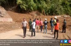 Jembatan Sidua-dua Kembali Ditimbun Longsor - JPNN.com
