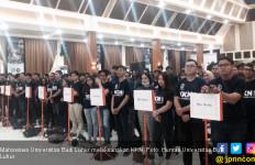 Mahasiswa KKN Ikut Membersihkan Sungai Citarum, Keren! - JPNN.com