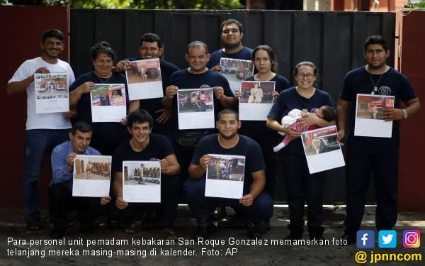 Pemadam Kebakaran Kritik Pemerintah Lewat Kalender Telanjang - JPNN.com