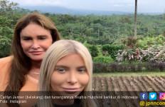 Berlibur di Indonesia, Ayah Kendall Jenner Foto Bareng Tunangan di Sawah - JPNN.com