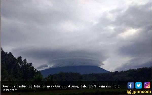 Awan Berbentuk Topi Tutupi Gunung Agung, Pertanda Apa? - JPNN.com