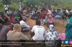 Warga Pelalawan Tewas Tersengat Listrik Saat Bersihkan Rumput di Kebun - JPNN.com