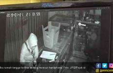 Bukannya Ngurus Anak, Ibu Rumah Tangga Ini Malah Bobol Toko Handphone - JPNN.com