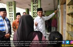 Blusukan di Bekasi, Jokowi Tinjau Program Sambungan Listrik Gratis - JPNN.com