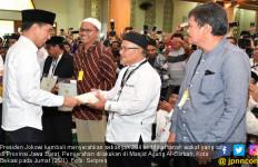 Lagi, Jokowi Serahkan Ratusan Sertifikat Tanah Wakaf di Jabar - JPNN.com