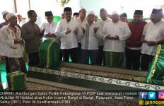 Jaga Adat, Hasto dan Djarot Ziarahi Makam Habib Kramat - JPNN.com