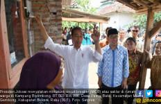 Top! Jokowi Menyalakan Saklar Listrik di Rumah Warga - JPNN.com