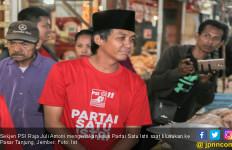 Blusukan di Jember, Sekjen PSI Pakai Kaus ' Partai Satu Istri ' - JPNN.com