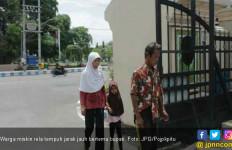 Jauh- Jauh dari Kampung demi Mengadu ke Bupati - JPNN.com