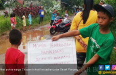 Protes Jalan Rusak, Warga Menceburkan Diri ke Kubangan - JPNN.com