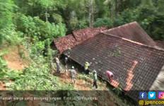 Dua Menit Pergi, Rumah Langsung Hancur Diterjang Longsor - JPNN.com