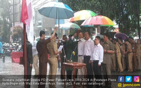 Dramatis! Bima Arya Lantik Direksi Pasar saat Hujan Deras, Lihat Videonya - JPNN.com