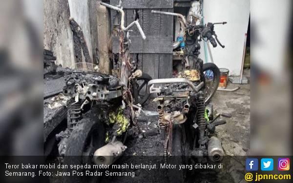 Teror Bakar Mobil dan Motor: Misteri Pria Berjaket Putih, Helm Putih, Kain Putih - JPNN.com