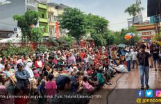 Imlek, Ratusan Warga Berjubel Depan Klenteng Minta Angpau ke Umat Buddha - JPNN.com