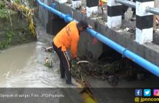 Ya Ampun, Setiap Hari Petugas Angkut 10 Ton Sampah di Sungai - JPNN.com