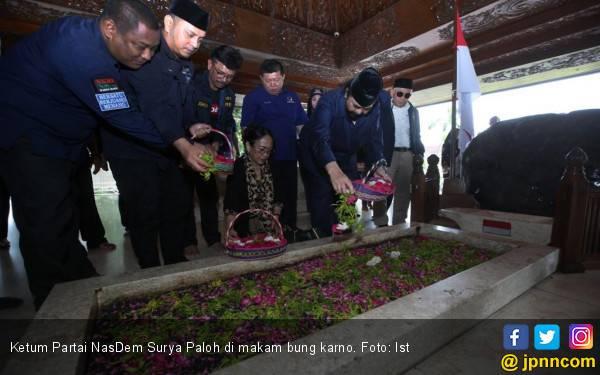Surya Paloh Ziarah ke Makam Bung Karno - JPNN.com