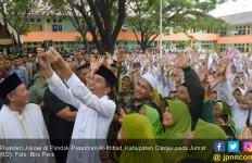 Jokowi Serahkan 115 Sertifikat Wakaf di Cianjur - JPNN.com