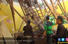 Braaak! Atap Ruang Kelas Ambruk Timpa Puluhan Siswa - JPNN.com