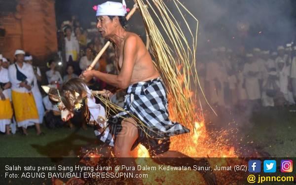 Satu Penari Sang Hyang Jaran Terlihat Lemas dan Tersungkur - JPNN.com