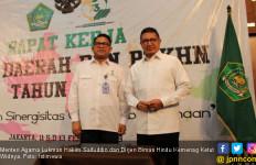 Hari Pertama Kerja, Menag dan Pegawainya Makan Lontong Sayur - JPNN.com