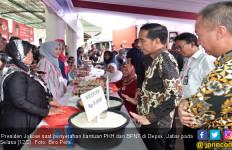 Jokowi Saksikan Langsung Warga Tarik Duit PKH - JPNN.com