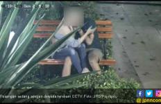 Video Viral : Siapa Nih yang Tertangkap CCTV Sedang Ena - ena di Taman Kota - JPNN.com