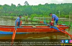 Si Kembar Ridwan dan Riswan ke Sekolah Naik Perahu, Ingin jadi Tentara - JPNN.com