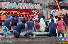 Pelaminan Pengantin Terendam Banjir, Tamu Dilangsir Perahu Karet - JPNN.com