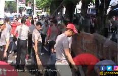Contohlah Para Polisi Ini, Bersihkan Sampah di Pasar Tradisional - JPNN.com