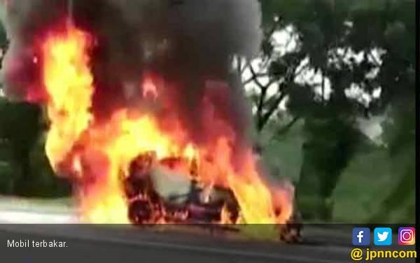 Baru Beli Mobil Rp 200 Juta Eh Malah Terbakar di Tol - JPNN.com