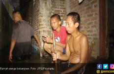 Dua Jam Hujan Deras, Warga Berjuang Selamatkan Barang dari Banjir - JPNN.com