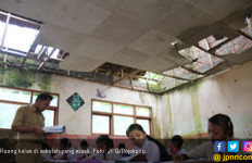 Ckck..Tujuh Tahun Ruang Kelas Sekolah Rusak Begini - JPNN.com