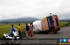 Hendak Putar Arah, Truk Molen Bermuatan Semen Terguling di Kerinci - JPNN.com