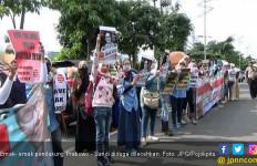 Emak - emak Pendukung Prabowo Diduga Dilecehkan Oknum Panwascam - JPNN.com