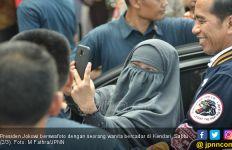 Perjuangan Wanita Bercadar demi Selfie Bareng Jokowi - JPNN.com