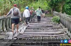 Warga Desa Bobo Semringah TMMD 104 Rehab Jembatan Kura-kura - JPNN.com