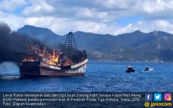 TNI AL Kembali Memusnahkan Tiga Kapal Ikan Asal Vietnam - JPNN.com