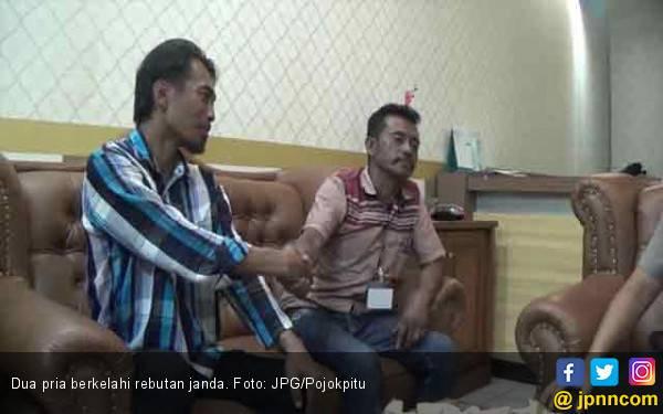 Mas..Mas..Udah Berkeluarga Masih Aja Berkelahi Rebutan Janda Muda - JPNN.com