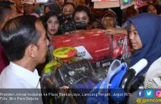 Jokowi Beli Mobil Tangki Warna Merah, Iriana Cuma Beli Sepatu Sandal - JPNN.com