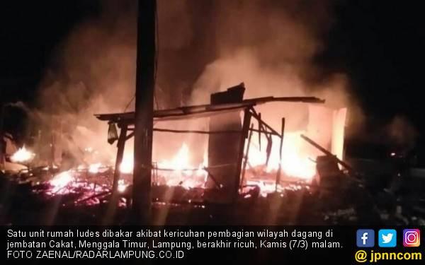 Pembagian Lapak Berjualan Ricuh, Satu Orang Tewas, Satu Rumah Dibakar - JPNN.com