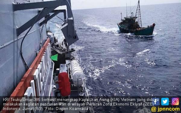 KRI Teuku Umar Kejar dan Geledah Kapal Ikan Vietnam, Hasilnya? - JPNN.com