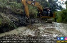 Longsoran Dibersihkan, Jalur Menuju Desa Negeri Batin Lancar - JPNN.com