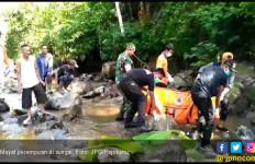 Mayat Perempuan Misterius Ditemukan Tersangkut di Batu Sungai - JPNN.com