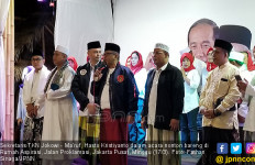 Nobar Debat Cawapres, Hasto Cs Kompak Pakai Sarung dan Peci - JPNN.com